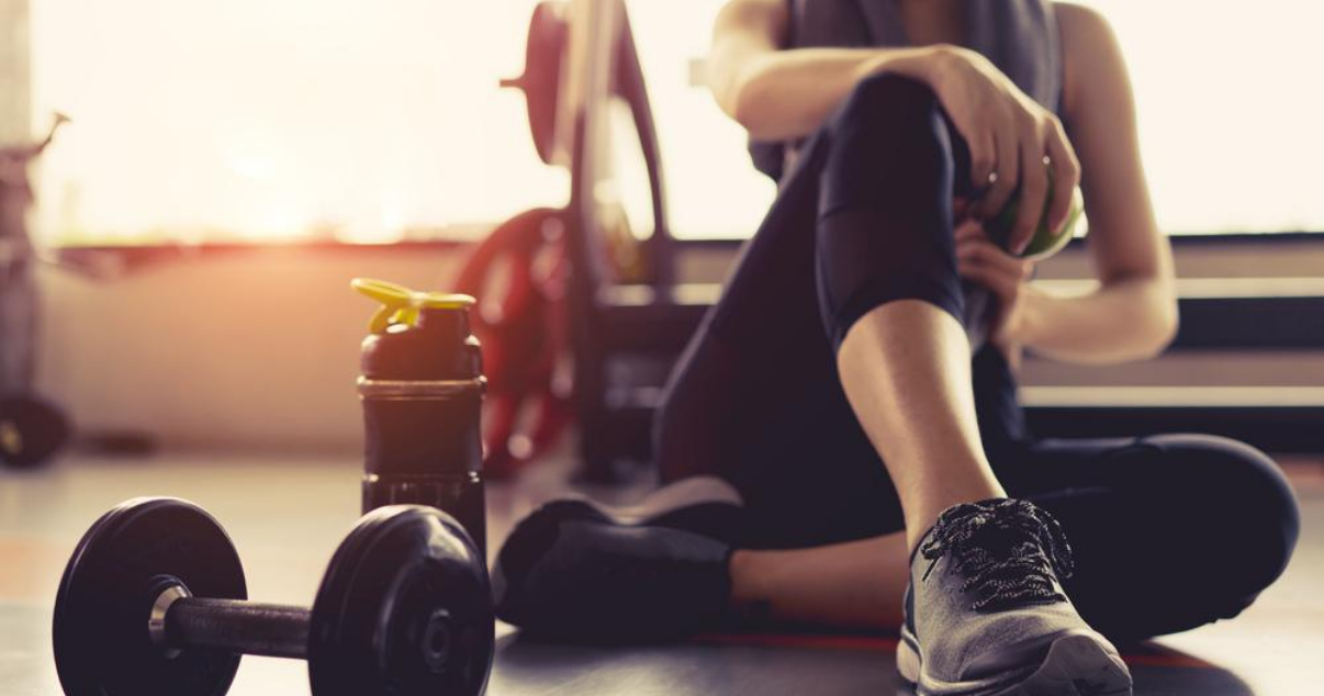 woman in the gym wondering the best way to prevent athletes foot when exercising